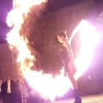Feuerkünstler mit Lycopodiumschleuder